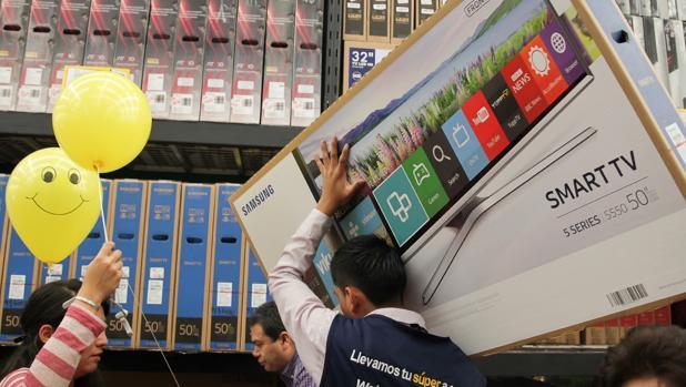 Varias personas realizan compras en una tienda departamental durante la venta del «Buen Fin 2016» que se ha llevado a cabo del 18 al 21 de noviembre en Ciudad de México