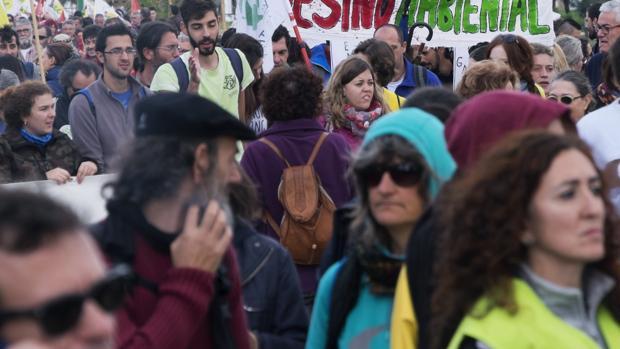 Cientos de personas pertenecientes a distintas entidades o partidos políticos o a título individual, convocados por la plataforma 'Salvemos Doñana', se han manifestado hoy desde la aldea de El Rocío (Huelva) para mostrar su rechazo al proyecto gasístico que está ejecutando la empresa Gas Natural en el entorno del espacio natural