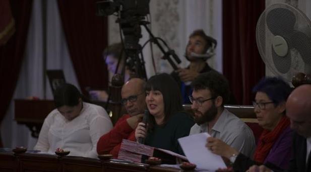Ana Camelo (segunda por la derecha), recibió en la sesión del viernes numerosos ataques de la oposición
