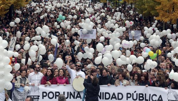 El doctor Jesús Candel (centro), conocido como «Spiriman» por su labor en la Fundación «Spiribol» durante la manifestación llevada a cabo en Granada, en protesta por las fusiones hospitalarias que tiene programada la Junta de Andalucía y para reivindicar una «sanidad digna» en cada una de estas ciudades