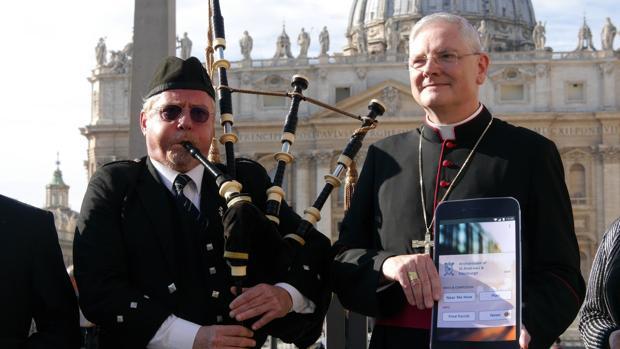 El arzobispo de Edimburgo Leo Cushley junto a su aplicación durante su presentación en el Vaticano