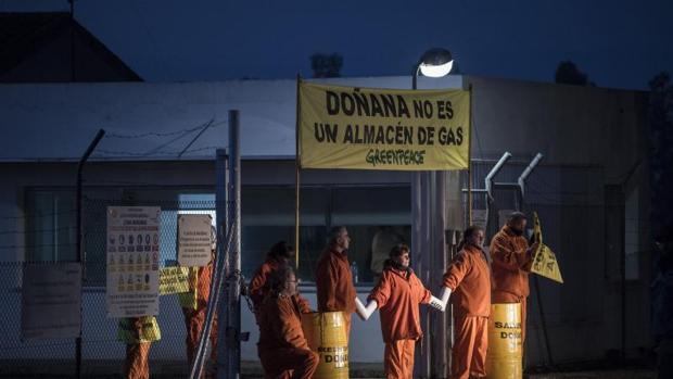 Activistas de Greenpeace protestan en las instalaciones de Gas Natural situadas en el entorno de Doñana, a cuya entrada han montado un campamento