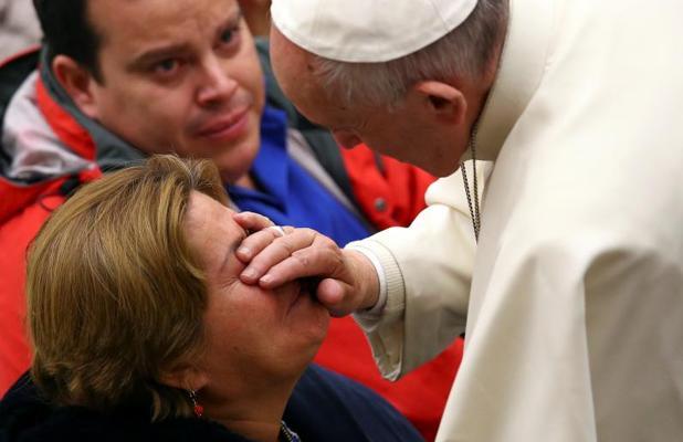 El Papa bendice a una mujer durante la audiencia general