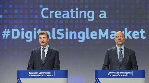 El vicepresidente de la CE y responsable del Mercado Único Digital, Andrus Ansip (i), junto al comisario europeo de Asuntos Económicos, Pierre Moscovici