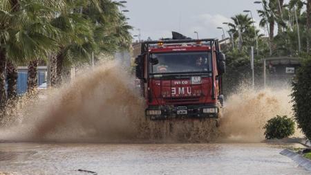 Un camión de la UME durante las labores de rescate de varios vecinos atrapados en sus viviendas tras las intensas lluvias caidas la pasada noche en Los Alcázares