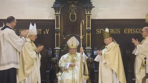 El cardenal arzobispo de Valladolid y presidente de la Conferencia Episcopal Española, Ricardo Blázquez, izquierda, durante la ceremonia de ordenación del nuevo obispo de Menorca, Francesc Conesa Ferrer, centro, celebrada el pasado 7 de enero en la catedral de Ciutadella.