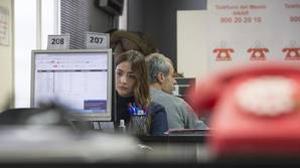 Detalle del teléfono rojo representativo de la Fundación ANAR, mientras se atienden numerosas llamadas