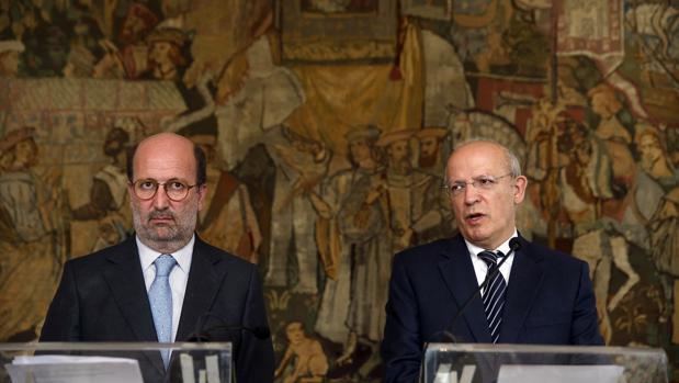El ministro de Exteriores luso, Augusto Santos Silva, y el responsable portugués de Medio Ambiente, João Pedro Matos Fernandes, este martes en una rueda de prensa en Lisboa
