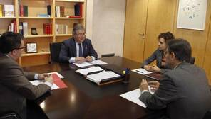 Los ministros de Sanidad, Servicios Sociales e Igualdad, Dolors Montserrat (2d); del Interior, Juan Ignacio Zoido (c), y de Justicia, Rafael Catalá (d), entre otros, durante la reunión de coordinación sobre violencia de género hoy en la sede del Ministero de Sanidad