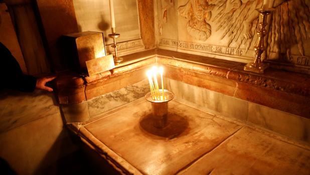 Las velas han ennegrecido el mármol que recubre la losa, dice la jefa del equipo griego de restauración, Antonia Maropoulou