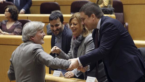 El ministro de Educación, Íñigo Méndez de Vigo, esta mañana en el Senado, antes de empezar el debate