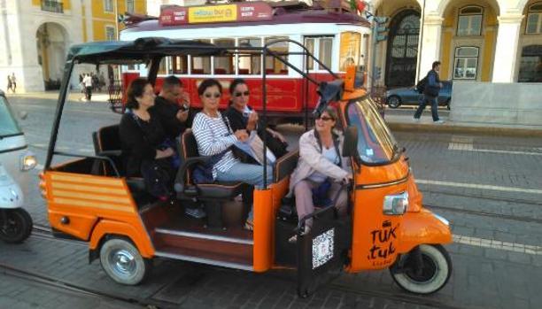 El tuk-tuk hace furor en Lisboa