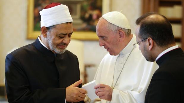 Francisco junto al gran imán de Al Azhar en un encuentro en el Vaticano en mayo de 2016