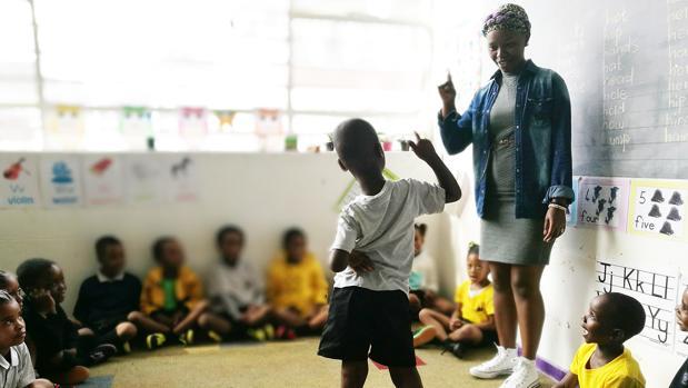 Una de las aulas del colegio durante una lección en la que puede verse la sintonía entre el profesorado y los alumnos.
