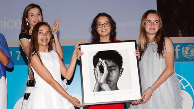 La Reina entrega el premio a Candela, Daniela y Mariona