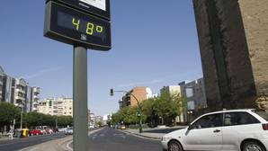 Las temperaturas de los coches aparcados al aire libre pueden superar los 45 grados