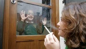 Los médicos proponen la prohibición de fumar en los coches donde viajen niños y embarazadas