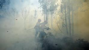 Bomberos luchan contra el fuego en Pedrograo Grande