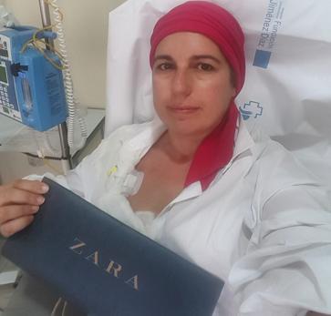 Inma Escriche con bolsa de Zara, en agradecimiento a la donación de Amancio Ortega en la lucha contra el cáncer