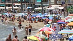 Guerra de las sombrillas en las playas españolas
