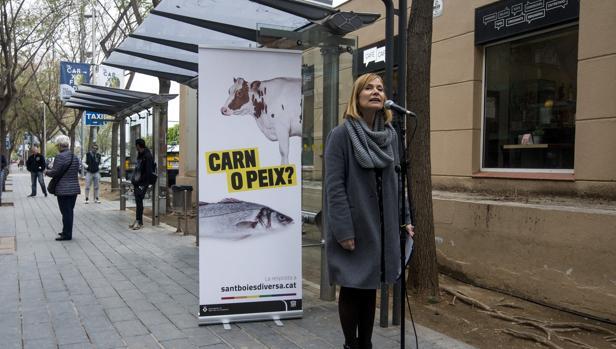 La alcaldesa de Sant Boi de Llobregat, Lluïsa Moret, durante la presentación esta mañana de una campaña para dar visibilidad al colectivo LGTBI