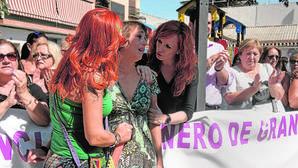 Juana Rivas (c) arropada por sus vecinos de Macarena durante una concentración contra la violencia de género