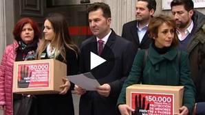 Vanessa Skewes, a la izquierda con parte de las 150.000 firmas que a través de la plataforma Change.org recabó junto a Juana Rivas (a la derecha de la imagen)