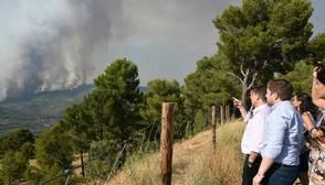 Emiliano García, presidente de Castilla-La Mancha durante su visita al Puesto de Mando del incendio de Yeste