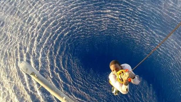 Un inmigrante siendo rescatado en helicóptero