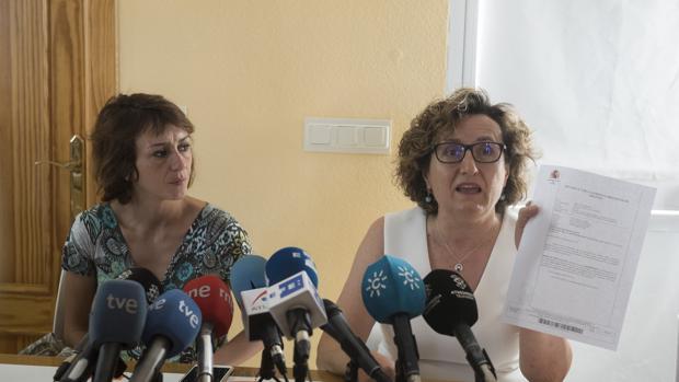 Juana Rivas, a la izquierda, junto a la responsable de Igualdad de Maracena (Granada)