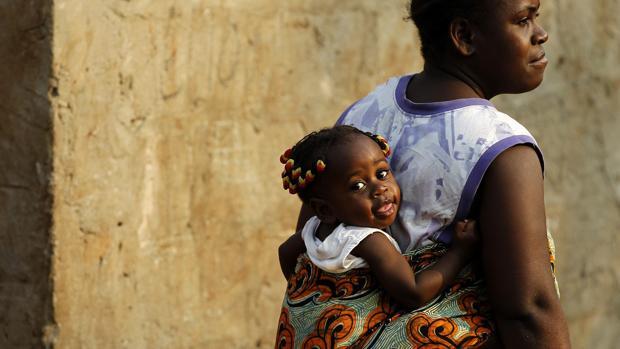 Una mujer angoleña carga a su pequeña