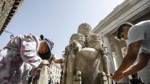 Personas se refrescan durante una ola de calor en Roma
