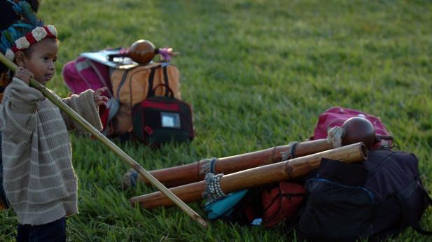 Un niño nativo juega en un campamento de cerca de 800 indios de varias etnias