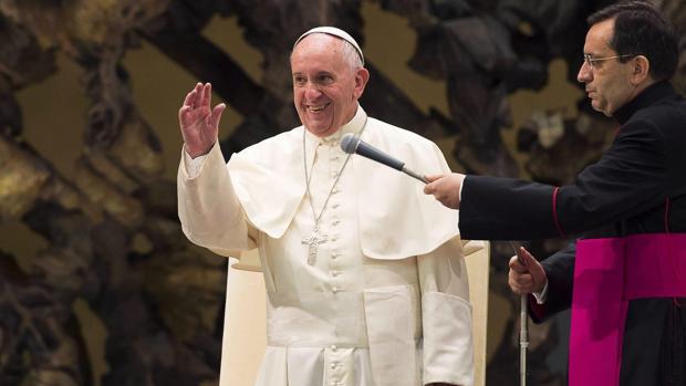 El Papa Francisco se dirigie a los fieles durante la audiencia semanal en el salón Pablo VI en la ciudad del Vaticano