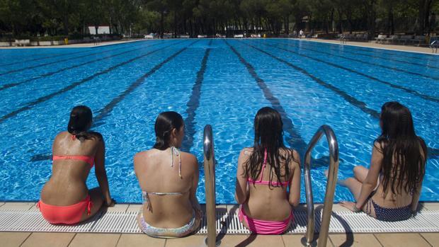 Un grupo de jóvenes se refresca en una piscina de Madrid