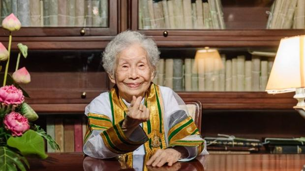 Una abuela tailandesa consigue graduarse en la universidad a los 91 años