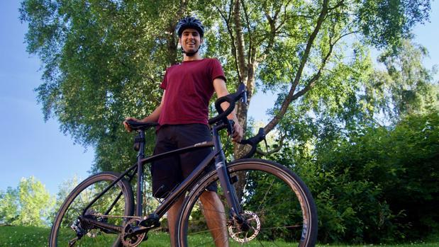 Lucas García posa junto a su bicicleta