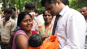Un grupo de persona llora la muerte de un niño en el hospital Baba Raghav Das en Gorakhpur, en el estado de Uttar Pradesh, al norte de la India