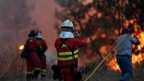 Bomberos españoles de la Unidad Militar de Emergencia trabajan para apagar un incendio forestal en Quinta das Laranjeiras, en Vila do Rei, Castelo Branco