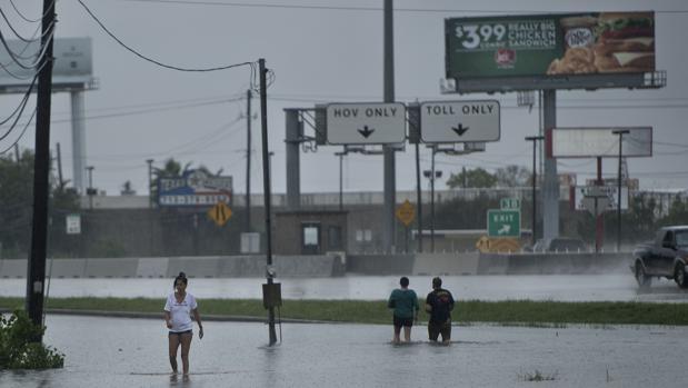 Ciudadanos paseando por las calles inundadas de Houston