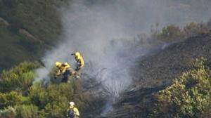 Bomberos trabajan en labores de extinción de un incendio en León