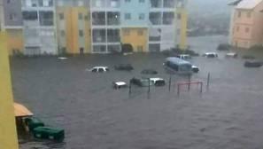 Calles inundadas en la isla caribeña de San Martin, donde Irma se cobró sus primeras víctimas mortales
