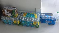 La familia ha hecho acopio de agua para los próximos días