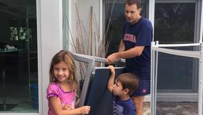 Tasio Suárez, ayudado por dos de sus hijos, retira el mobiliario de la terraza ante la llegada del huracán Irma