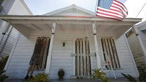 Un hombre prepara su casa, en Tampa, ante la posible llegada de Irma