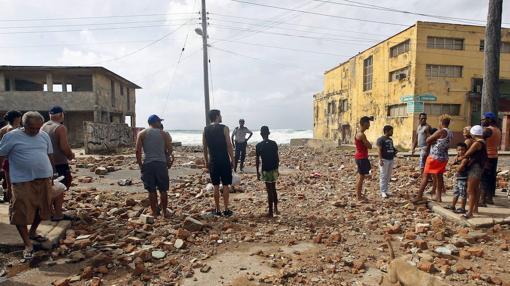 Varias personas observan los daños y la fuerzas del mar en La Habana un día después del paso del huracán Irma por Cuba.