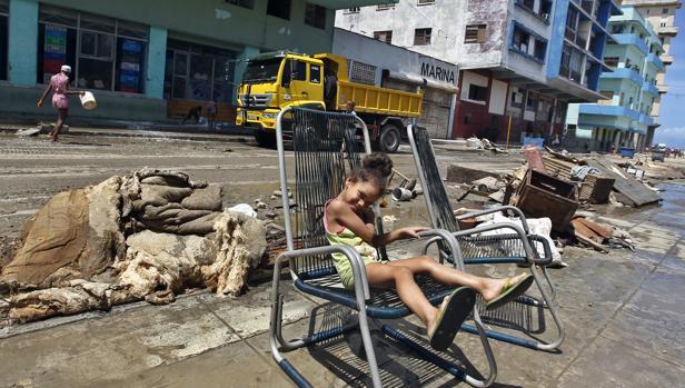 Una niña descansa fuera de su casa después del paso del huracán Irma por La Habana (Cuba)
