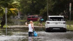 Vecinos de Florida atraviesan una zona inundada