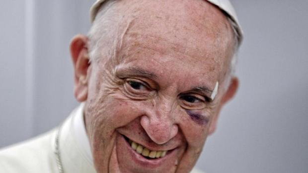 El Papa Francisco, este lunes, en el vuelo de regreso a Roma tras su visita a Colombia