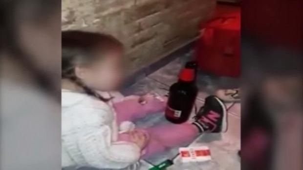 Detienen a dos adolescentes en Argentina por obligar a su hija de tres años a consumir drogas y alcohol